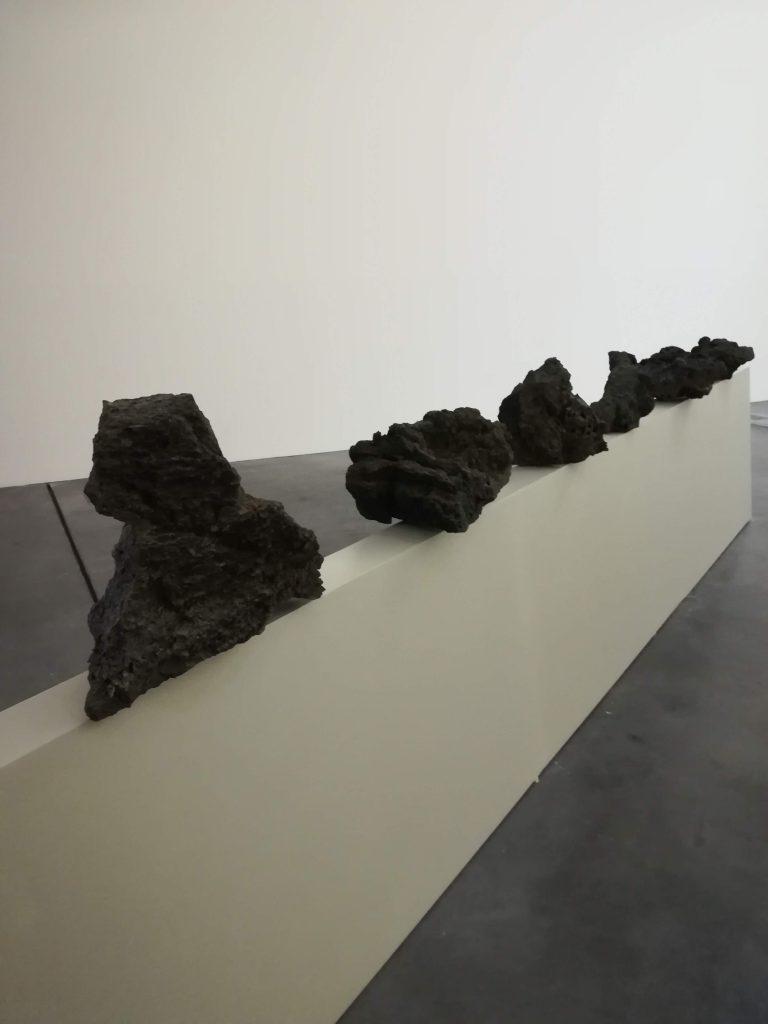 Monstra (pedras), 2018 Madeira pintada, metal e pedras. Aprox. 400x800x90 cm